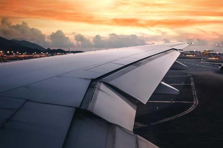 AeroBT-s_733776724_airliner-airport-sunset_2880x1440.jpg