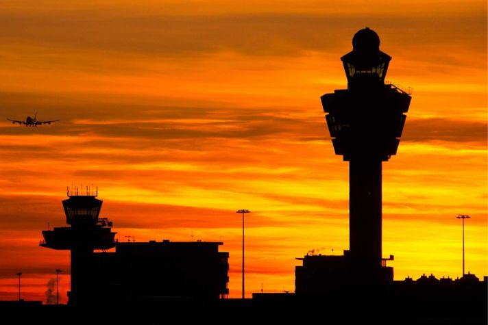 AeroBT-s_92904052_plane-landing-at-sunset_2880x1440.jpg